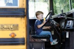 Jongen in bus